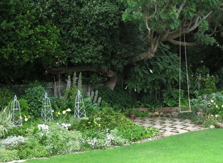 Cape-Town-garden-lawn-swing-Gardenista-2