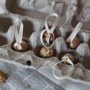 DIY gilded ornaments from nature, golden walnuts