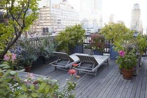 Julie Weiss Manhattan garden on Gardenista chaises