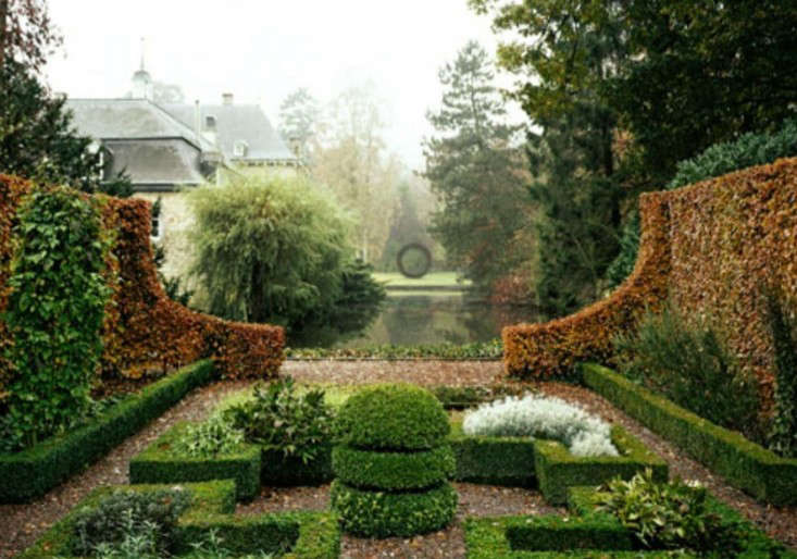 Hedge-House-Netherlands-Small-Clipped-garden-Gardenista