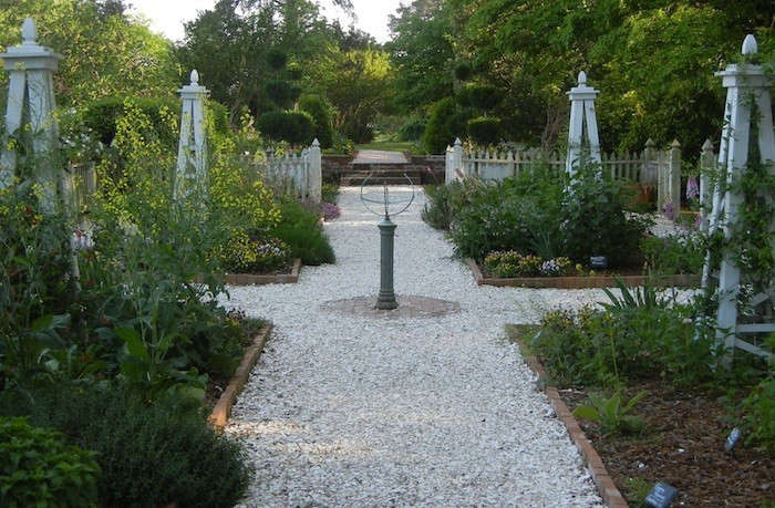 Hardscaping 101 seashell paths and driveways gardenista for Crushed oyster shells for landscaping
