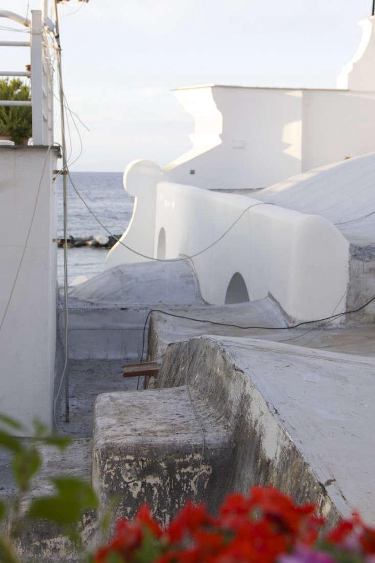 Italy-Island-Stay-Near-Capri-Summer-Courtyard-Mediterranean-Terrace-Gardenista-1