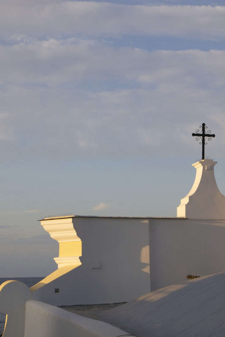 Italy-Island-Stay-Near-Capri-Summer-Courtyard-Mediterranean-Terrace-Gardenista-14