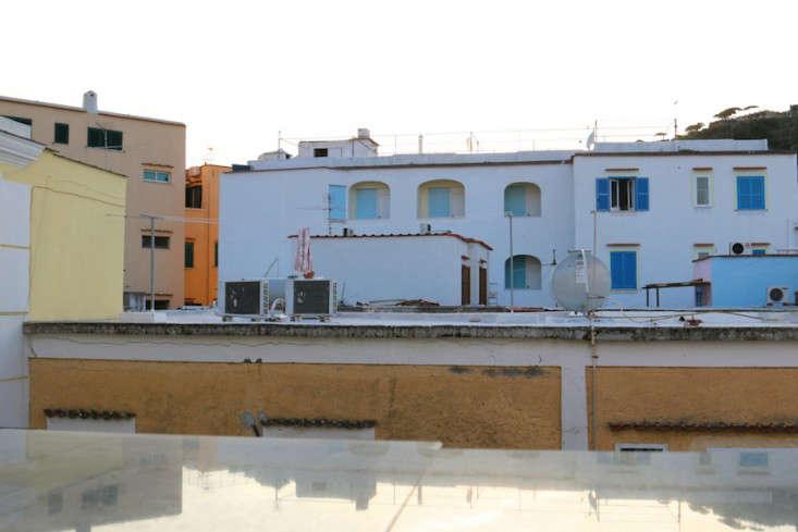 Italy-Island-Stay-Near-Capri-Summer-Courtyard-Mediterranean-Terrace-Gardenista-20