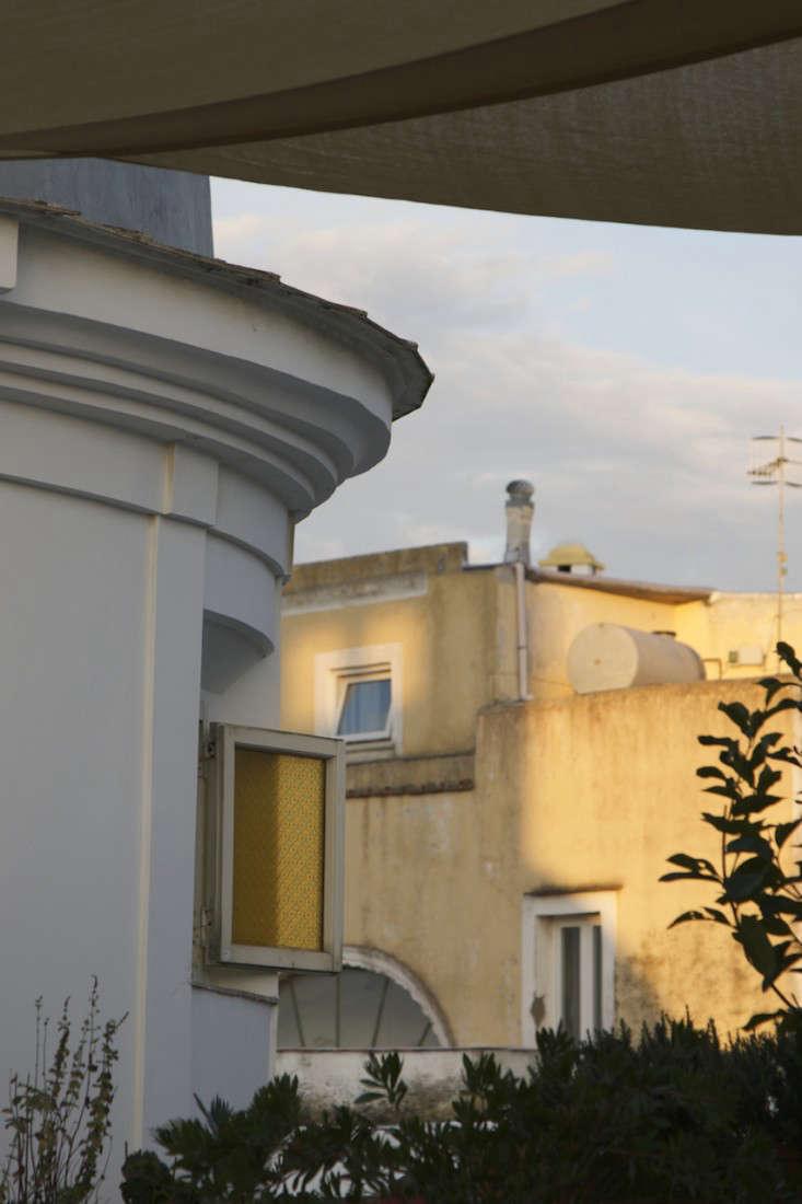 Italy-Island-Stay-Near-Capri-Summer-Courtyard-Mediterranean-Terrace-Gardenista-21