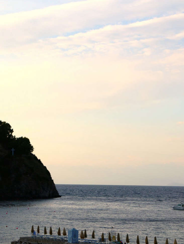 Italy-Island-Stay-Near-Capri-Summer-Courtyard-Mediterranean-Terrace-Gardenista-24