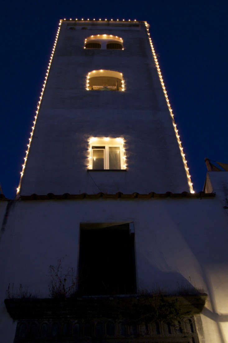Italy-Island-Stay-Near-Capri-Summer-Courtyard-Mediterranean-Terrace-Gardenista-26