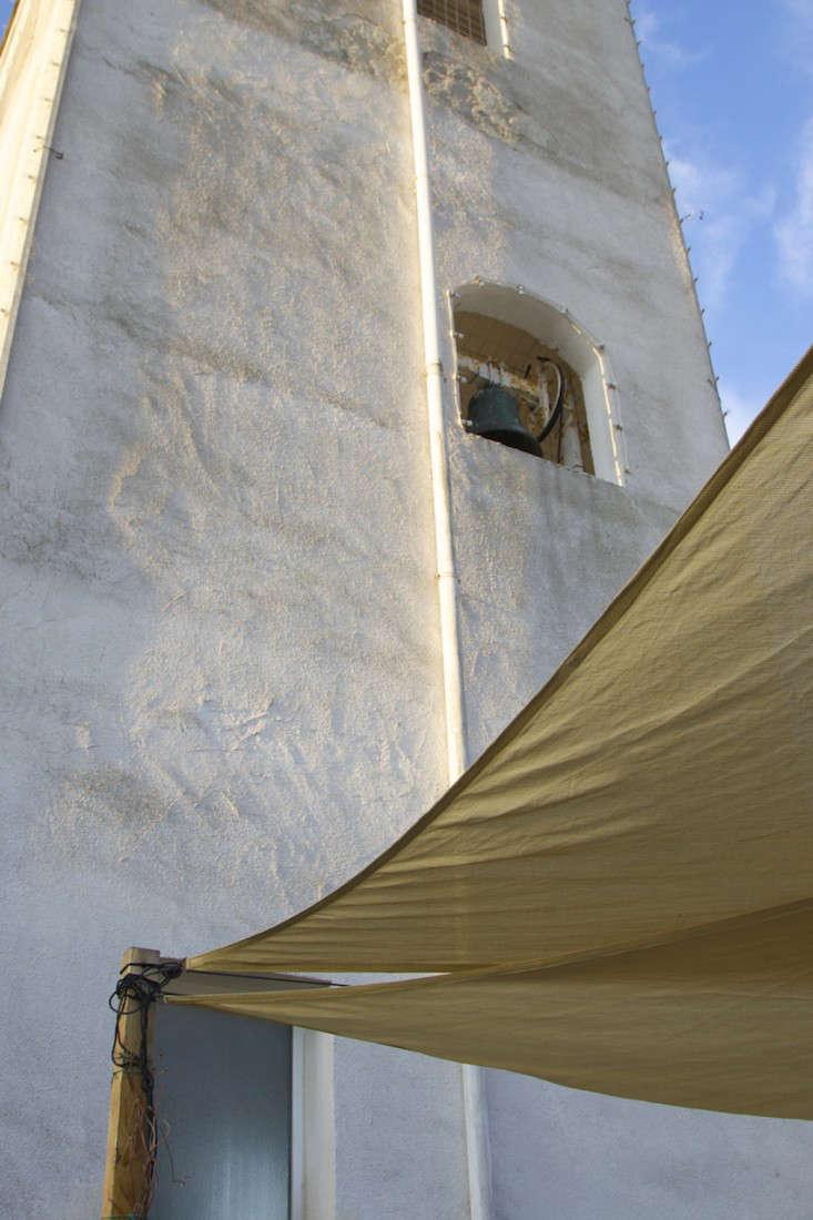Italy-Island-Stay-Near-Capri-Summer-Courtyard-Mediterranean-Terrace-Gardenista-6