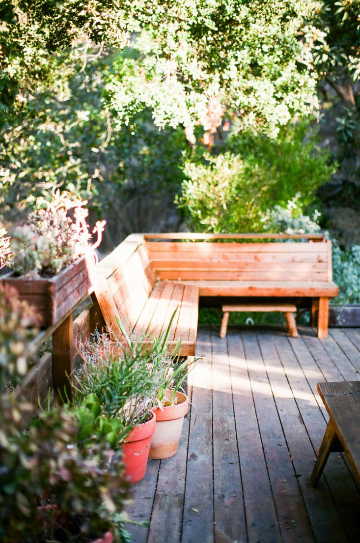 Hardscaping 101 wood decks gardenista sourcebook for for Cedar decks pros and cons