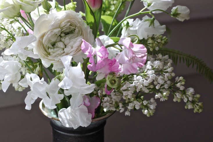 Ode-to-Spring-Bouquet-detail-with-sweetpeas-lilacs-Justine-Hand-Gardenista