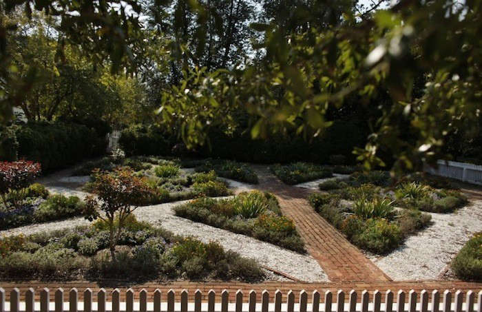 Oyster-Shell-Paths-at-Colonial-Williamsburg