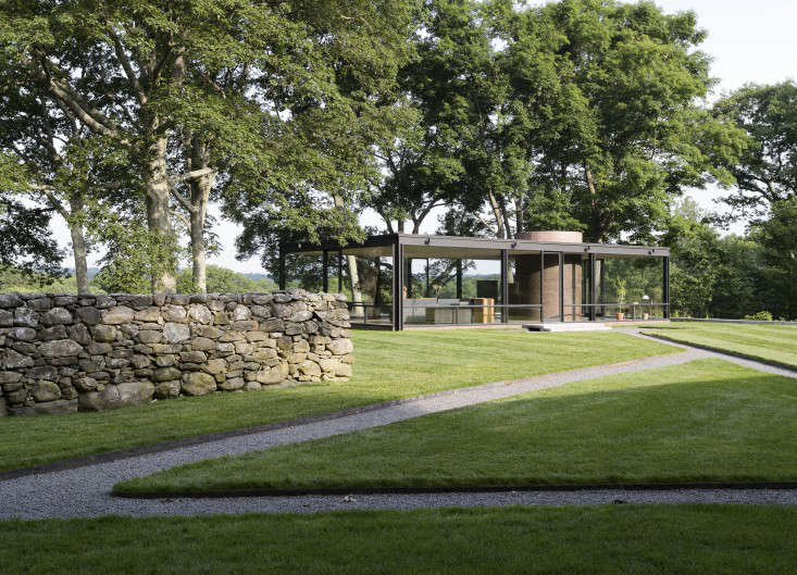 Philip-Johnson-glass-house-with-stone-wall-gardenista