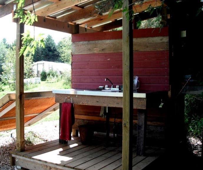 Red-painted-hand-washing-outdoor-sink-Gardenista