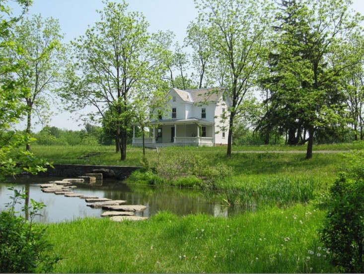 Susan-wisniewski-landscapes-all-green-farmhouse-garden-gardenista