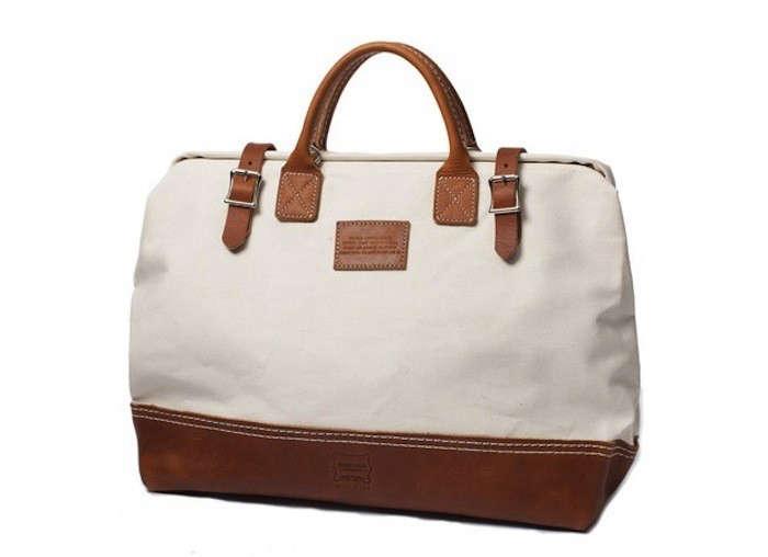 Weekendbag-apolismason-bag-white-standing