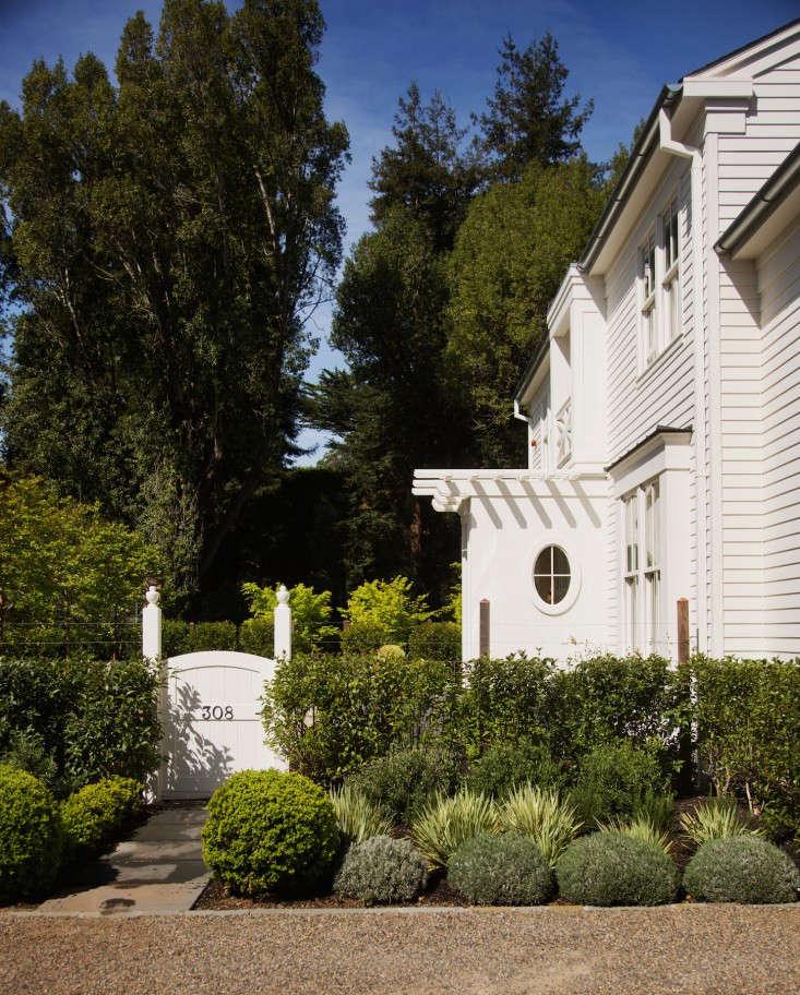 barbara-chambers-garden-front-gate-gardenista