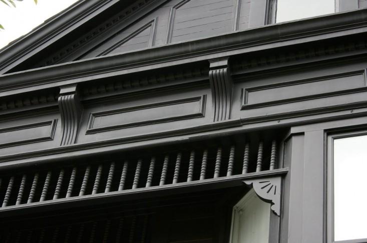 black-house-facade-gardenista