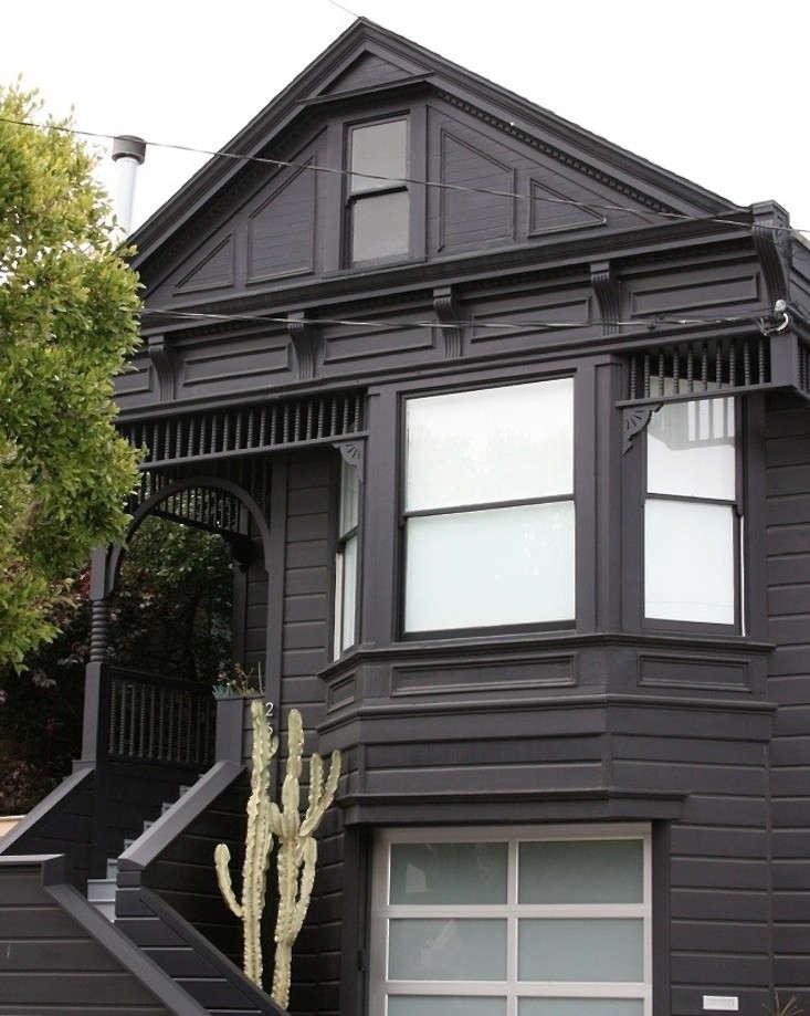 black-victorian-facade-san-francisco-euphorbia-gardenista