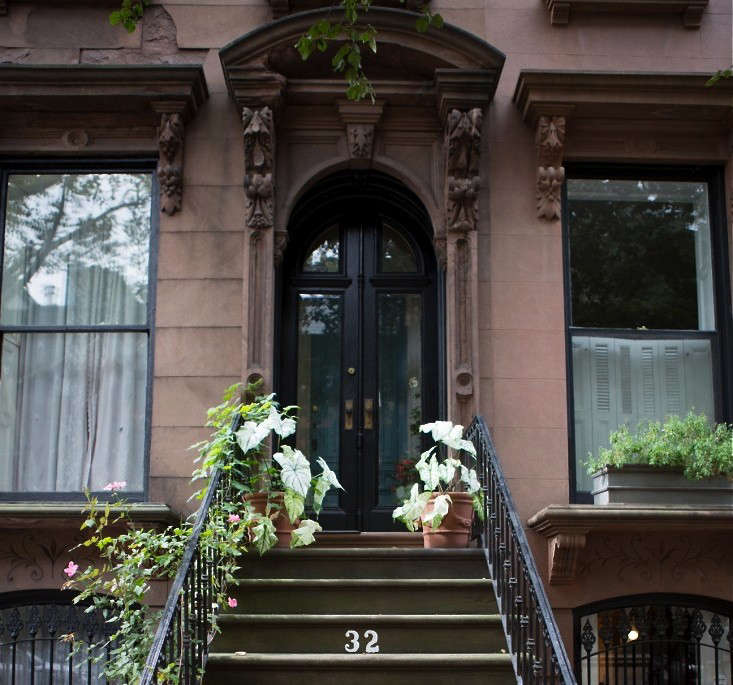 brooklyn-heights-white-halloween-curb-appeal-gardenista