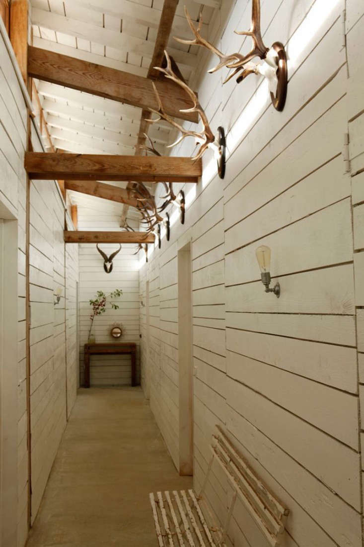cabin-france-isabel-lopez-quesada-anterlers-hallway-gardenista