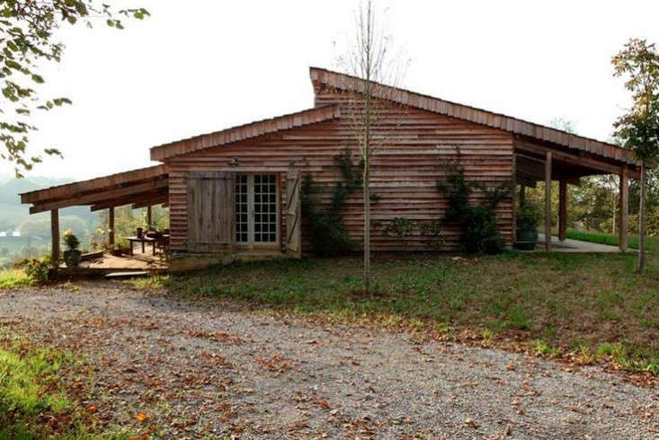 cabin-france-isabel-lopez-quesada-former-farm-outbuilding-gardenista