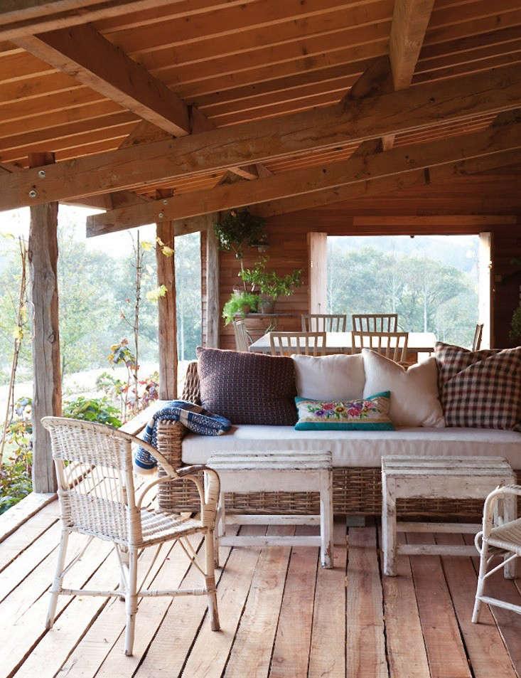 cabin-france-isabel-lopez-quesada-screen-porch-gardenista
