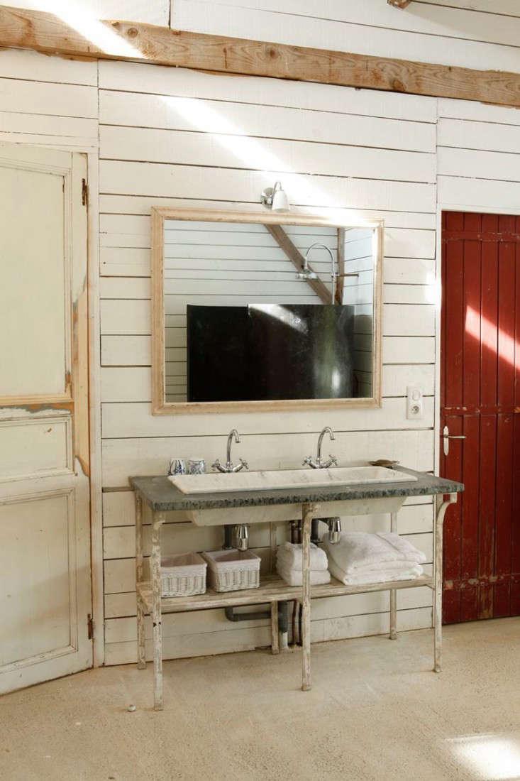cabin-france-isabel-lopez-quesada-sink-bath-shower-gardenista