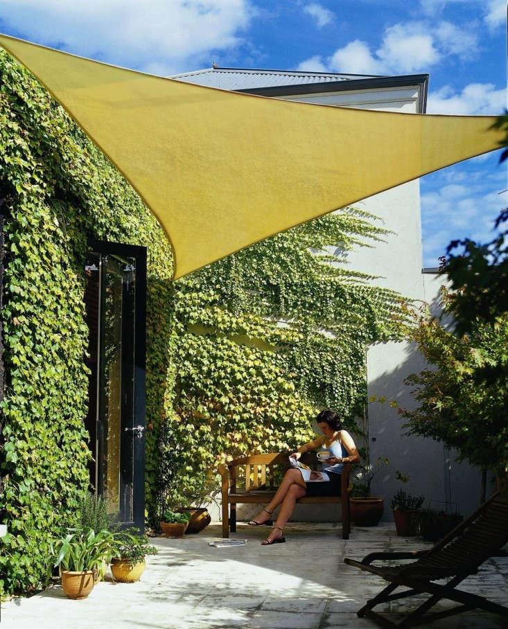 cool area right triangle sun shade sail for patio gardenista. Black Bedroom Furniture Sets. Home Design Ideas