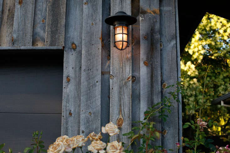curb-appeal-ranch-house-reclaimed-wood-facade-gardenista-3