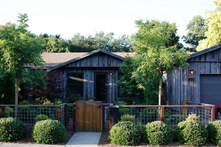 curb-appeal-ranch-house-reclaimed-wood-facade-gardenista