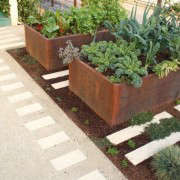 decomposed-granite-concrete-pavers-raised-beds