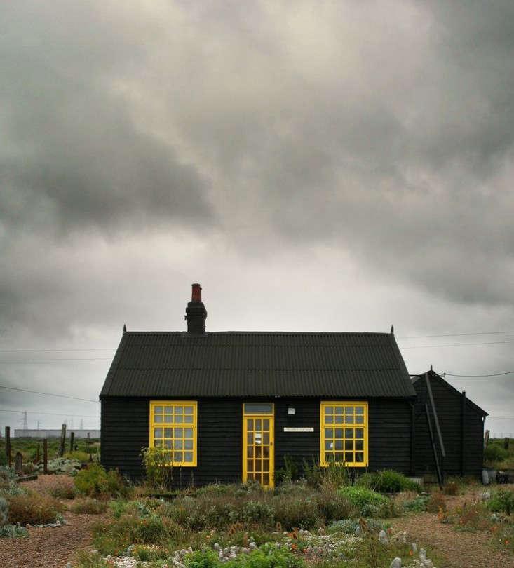 derek-jarman-black-cottage-gardenista