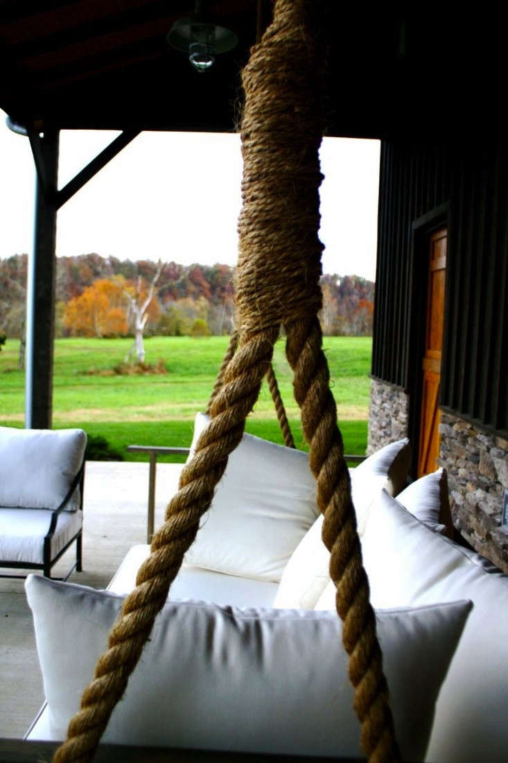 Diy giant porch swing gardenista for Diy porch swing