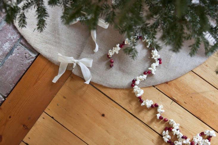 diy-burlap-tree-skirt-8-gardenista