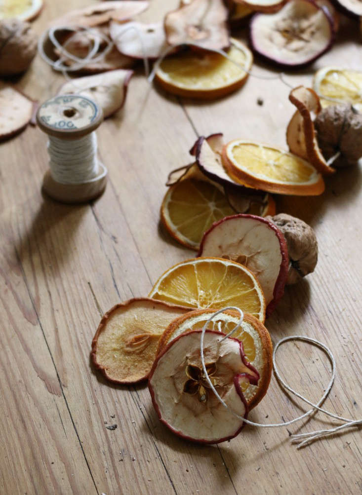 dried-fruit-garland-11-erin-boyle-gardenista