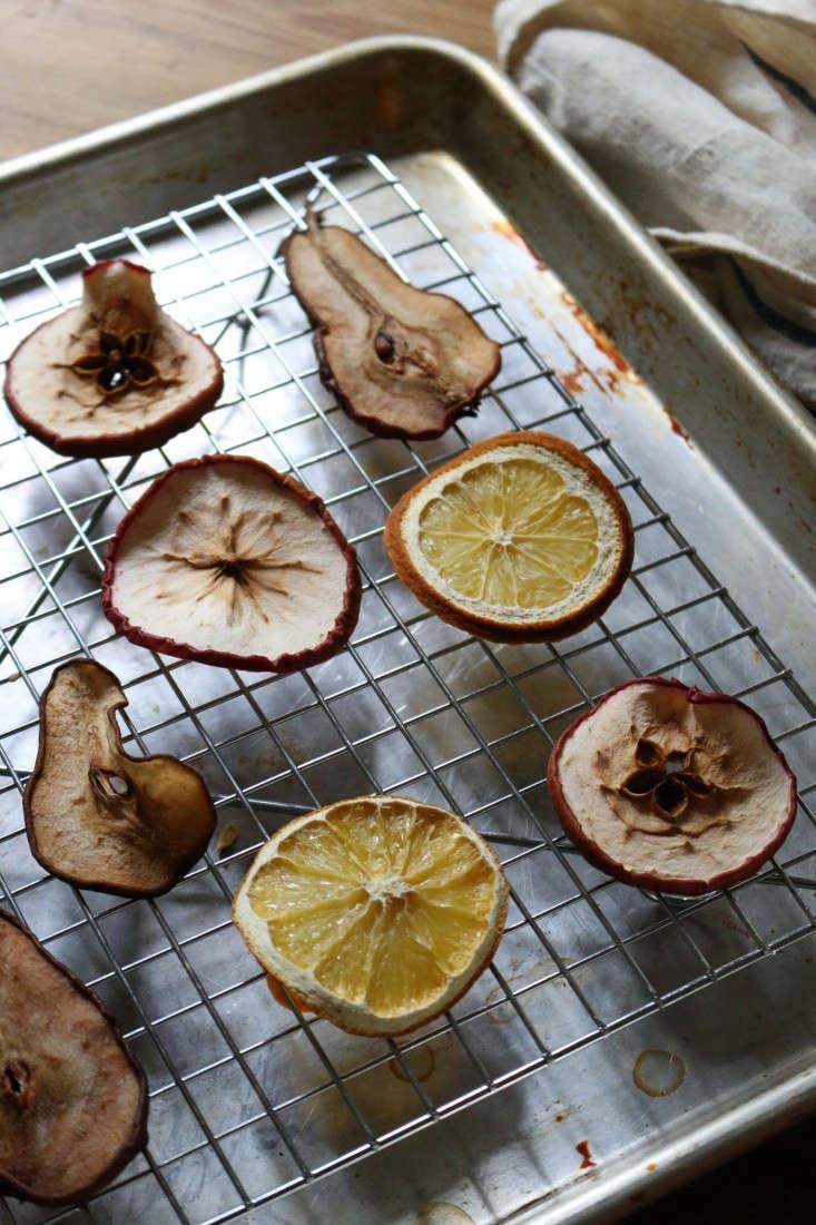 dried-fruit-garland-6-erin-boyle-gardenista