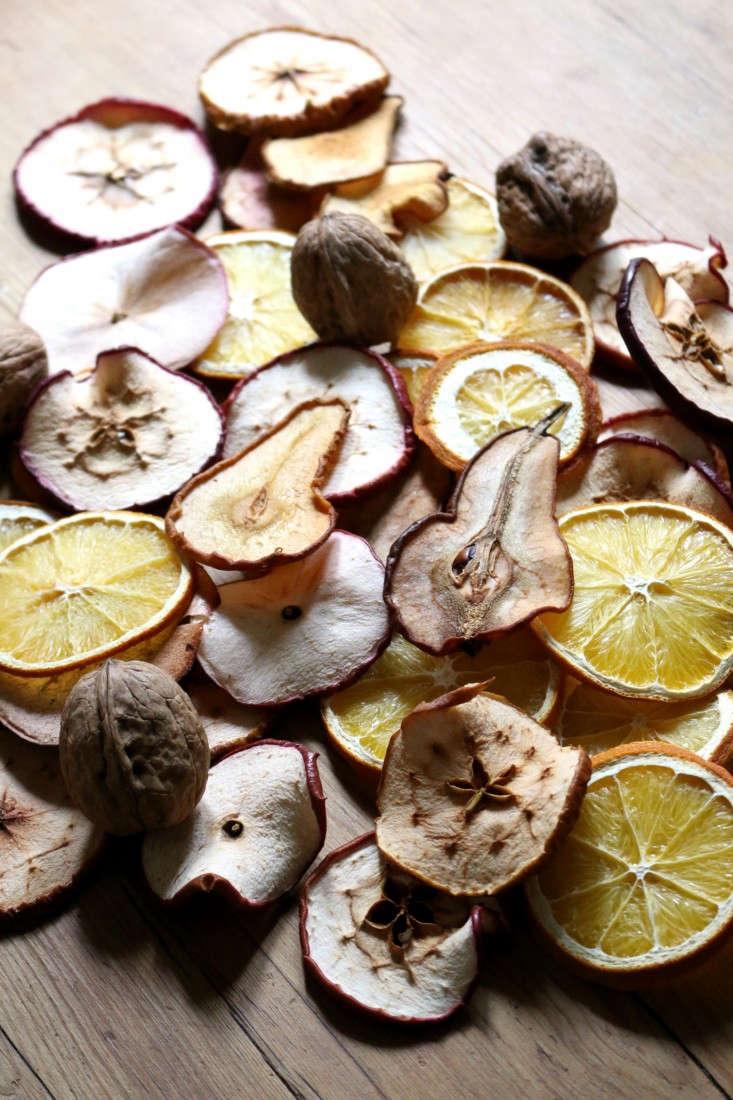 dried-fruit-garland-8-erin-boyle-gardenista
