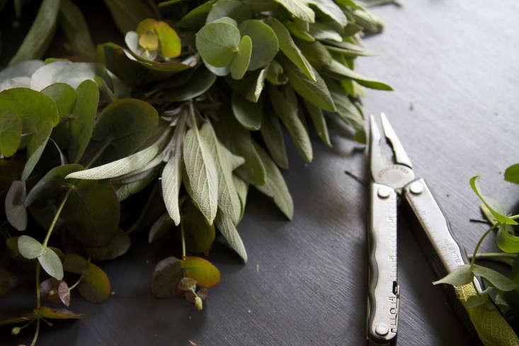 eucalyptus-and-sage-wreath-erin-boyle-gardenista-10