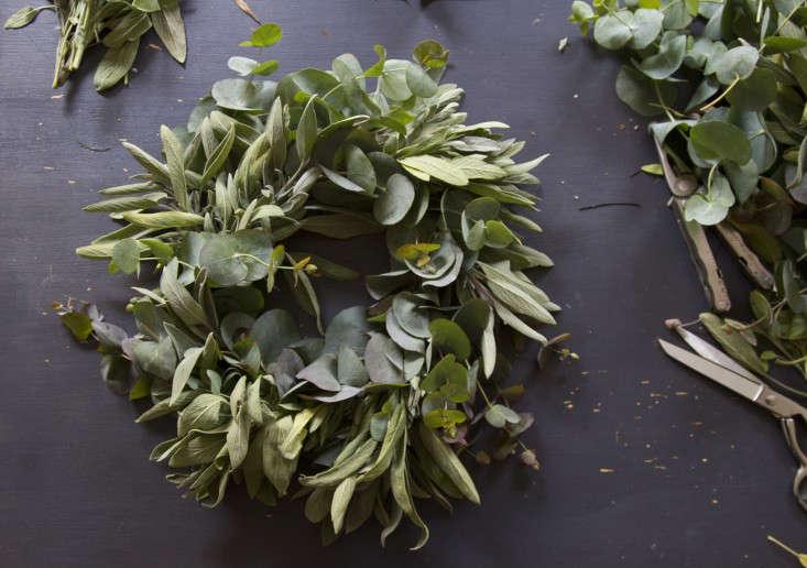 eucalyptus-and-sage-wreath-erin-boyle-gardenista-11