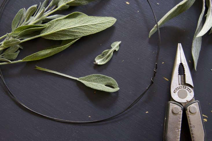 eucalyptus-and-sage-wreath-erin-boyle-gardenista-5
