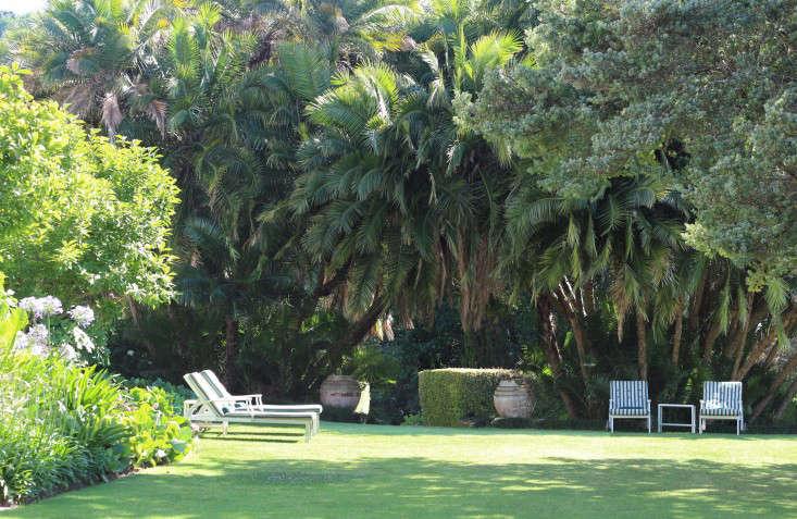 extra-chaise-longue-lawn-Cellars-Hohenort-Marie-Viljoen-Gardenista