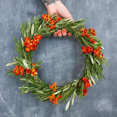 farmgirl-floewrs-holiday-wreath-workshop-gardenista