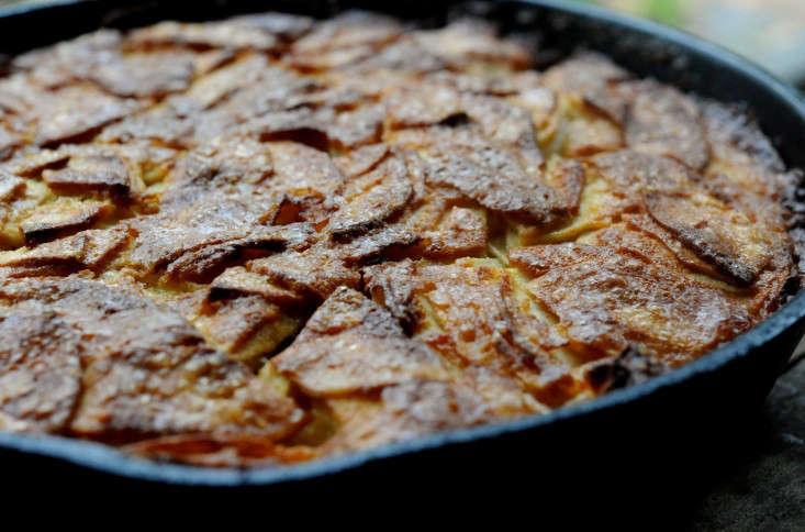 farmhouse-apple-cake-skillet-gardenista