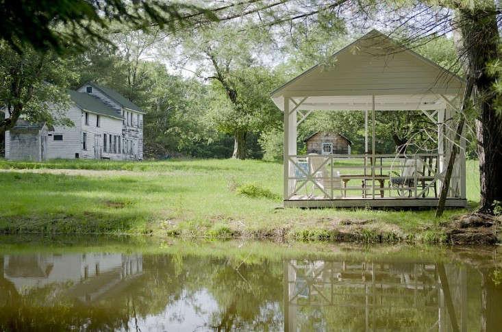 floating-farmhouse-rental-2-upstate-new-york-gardenista