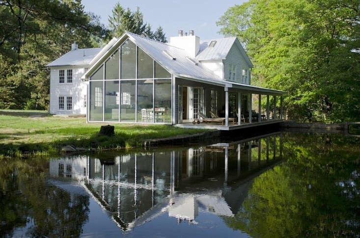 floating-farmhouse-rental-upstate-new-york-1-gardenista