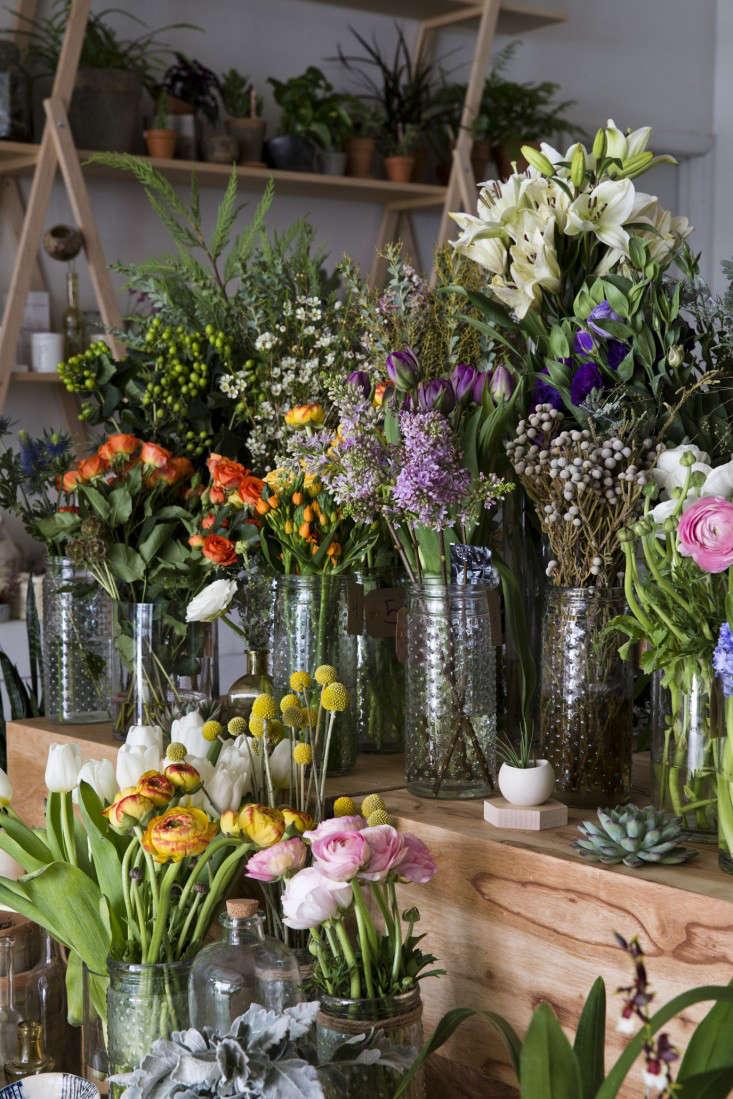 flowers_side_spina_cafe_nicole_franzen_gardenista