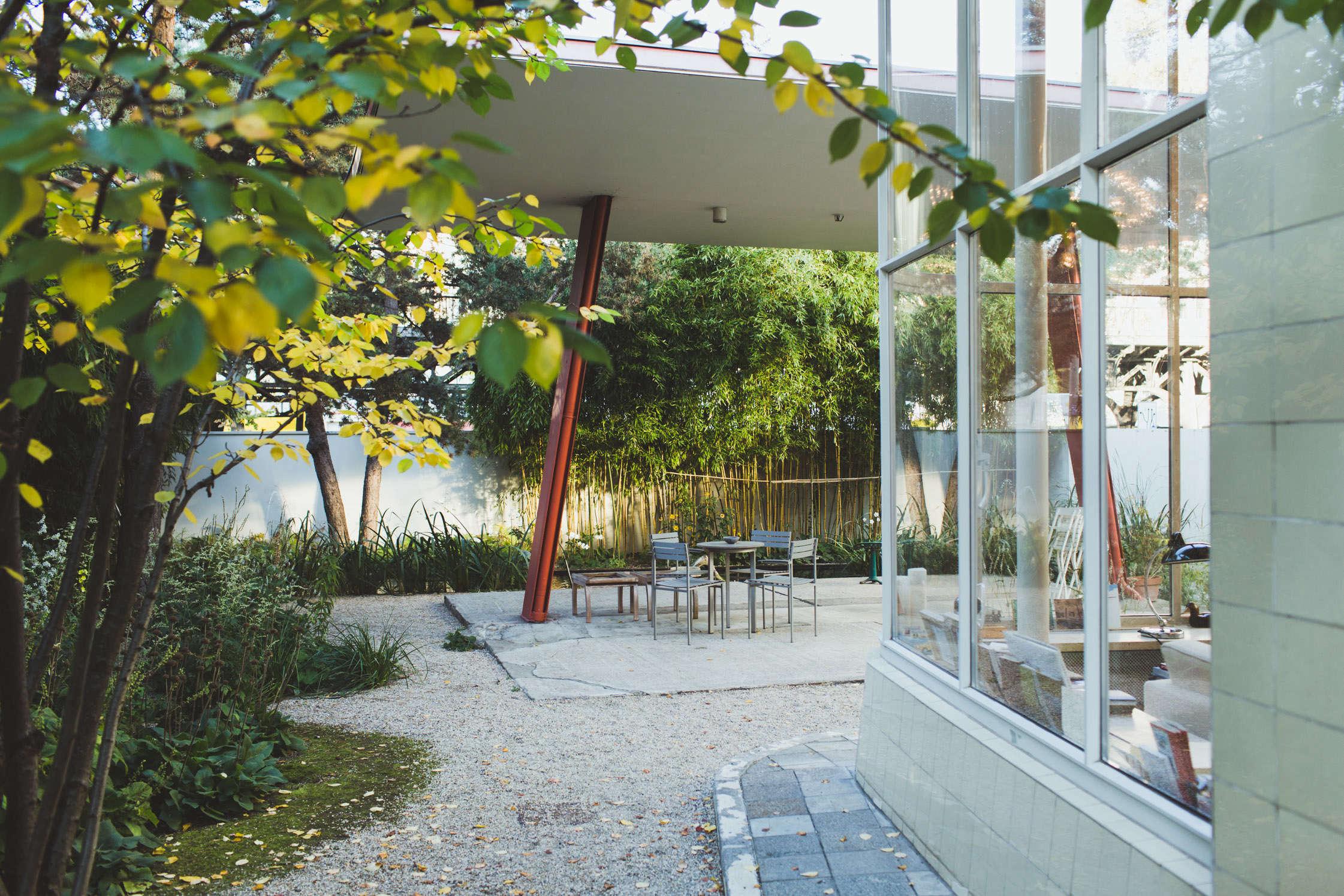 gas-station-garden-patio-2-Freunde-von-Freunden-Juerg-Judin-gardenista