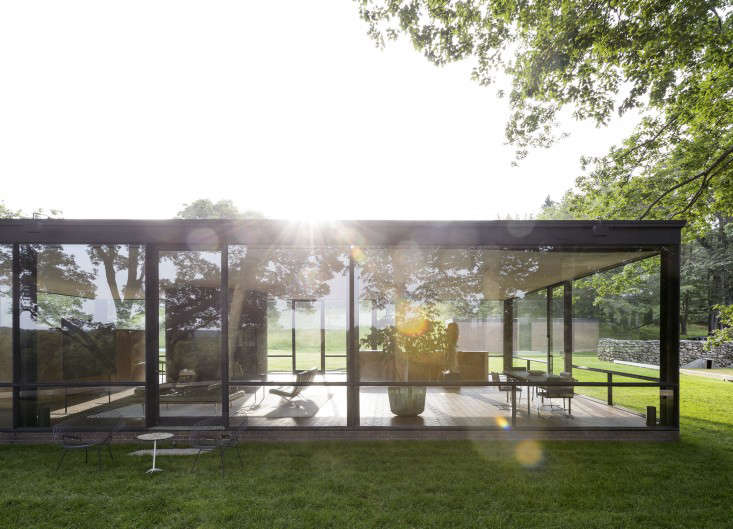 glass-house-philip-johnson-gardenista-1