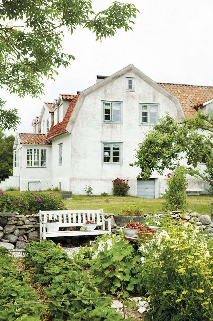 gotland-summer-house-garden-gardenista-1