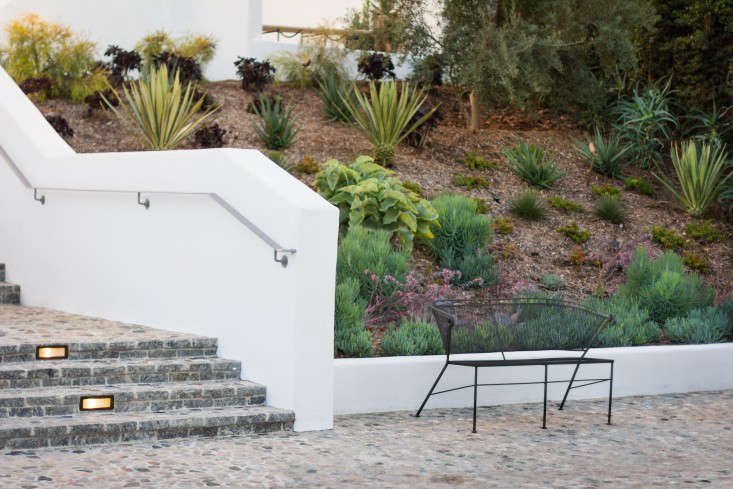 hancock-park-la-garden-visit-stucco-spanish-succulents-gardenista0399